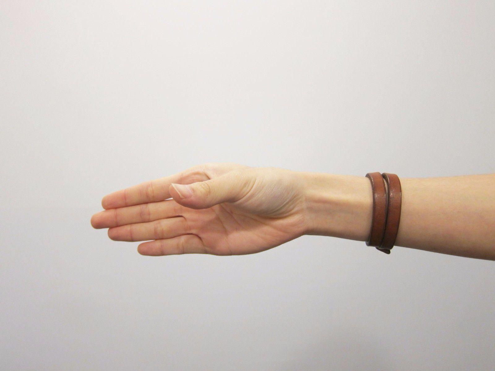 動作1:(右手)前臂伸直,手指打直,讓手掌跟地板垂直