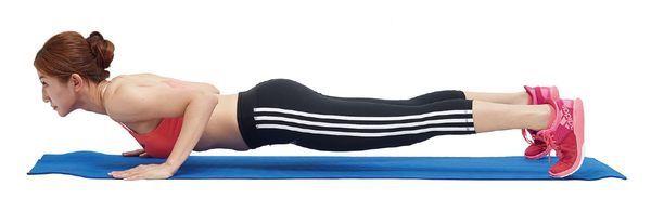身體呈棒式,手臂與肩膀垂直,兩膝蓋著地,兩手臂彎曲做伏地挺身