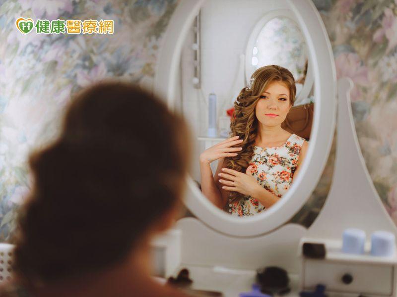 她為何肌膚瞬間「白拋拋」? 因為有魔鏡的秘密...