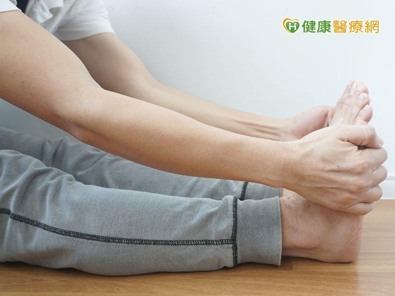 小腿抽筋好痛! 快抓腳趾頭往膝蓋方向扳