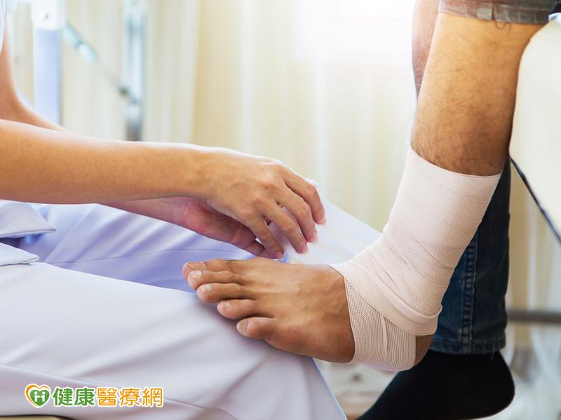 下床第一步痛死人! 3招拉筋運動救足底筋膜炎