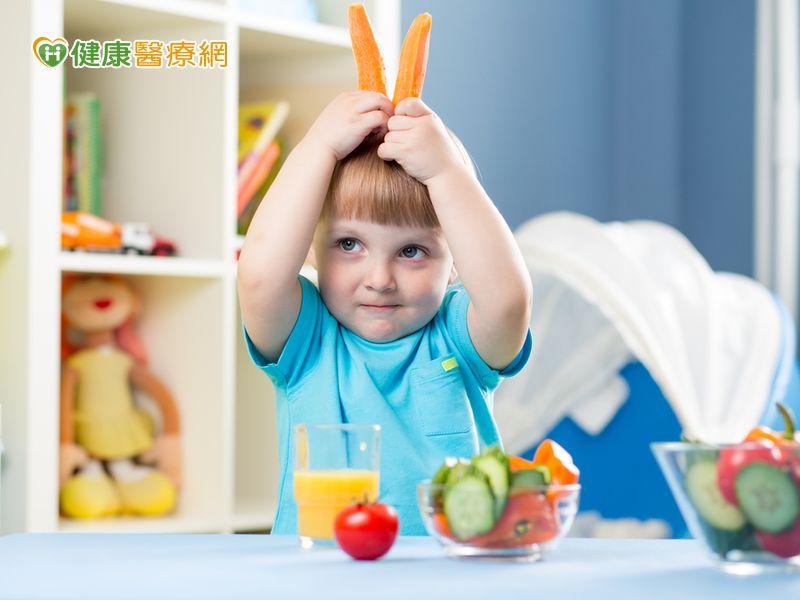 小孩老是挑食怎麼辦? 醫:讓他玩食物吧!