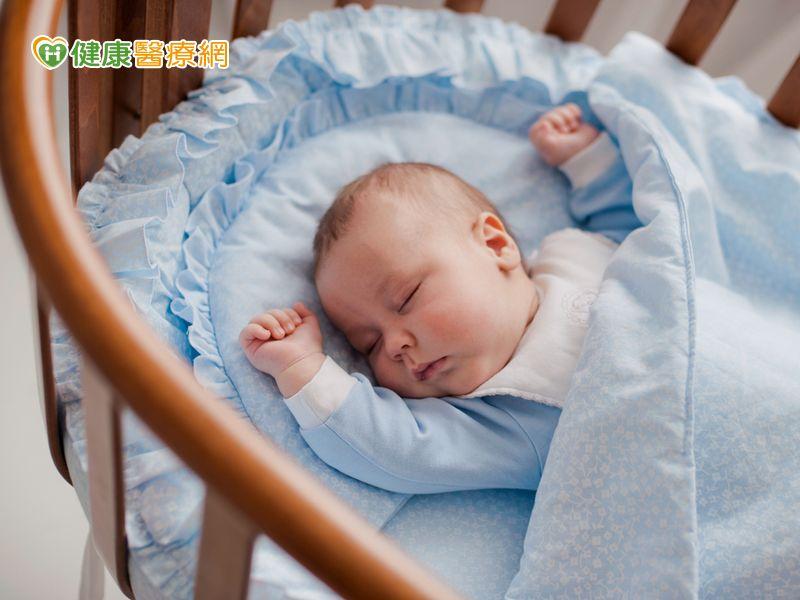 可愛嬰兒床隱藏危機! 寶寶怎麼睡才安全?_圖1
