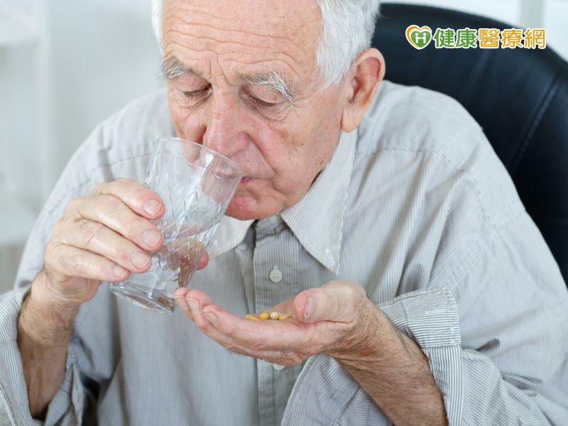 80歲老翁併用這兩種藥 結果胃部大出血