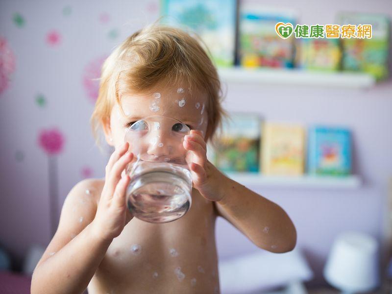 誤把鹼水喝下肚! 催吐、灌水恐加重消化道灼傷