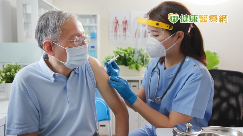 怎麼看老人家AZ疫苗施打 台大醫師:AZ相對安全
