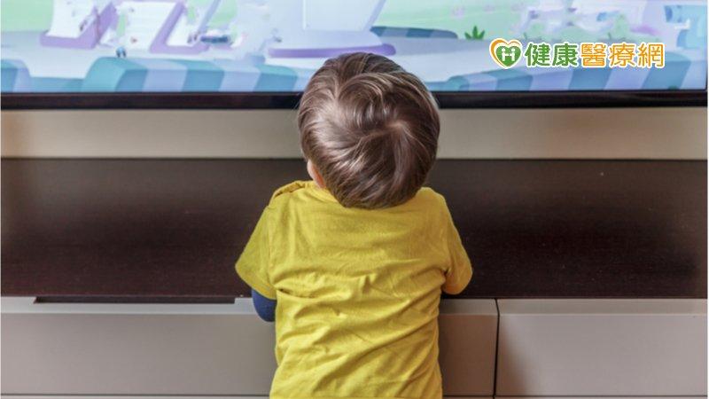 孩子歪頭看電視、離螢幕近是近視? 當心「弱視」影響雙眼