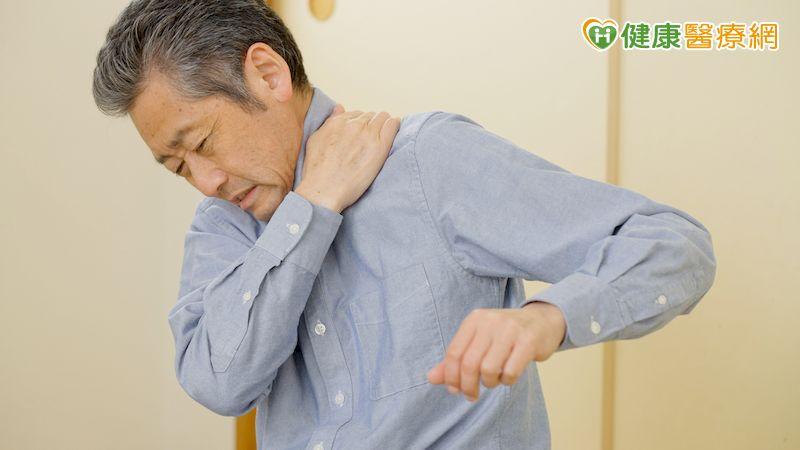55歲男因五十肩忍痛上班 中西醫合併治療恢復日常