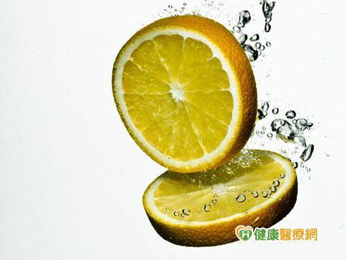 手擠檸檬汁 小心光敏感性皮膚炎