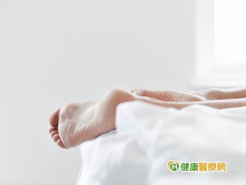 為什麼睡覺時腳會抖一下? 醫師來解惑