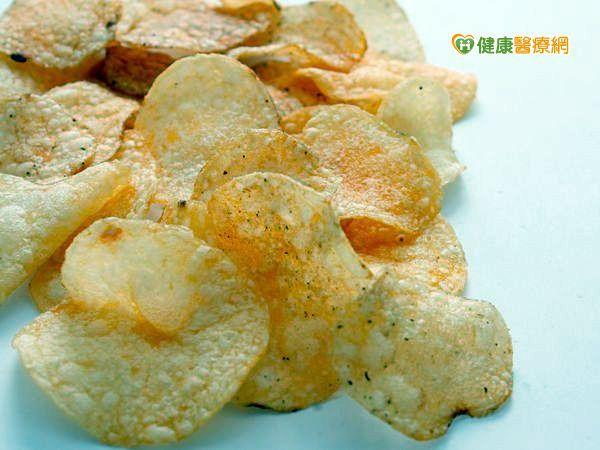 一包洋芋片含磷100毫克 多吃傷心腎