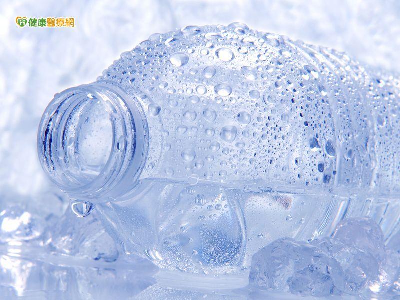 大熱天喝冰水 體熱排不出易中暑