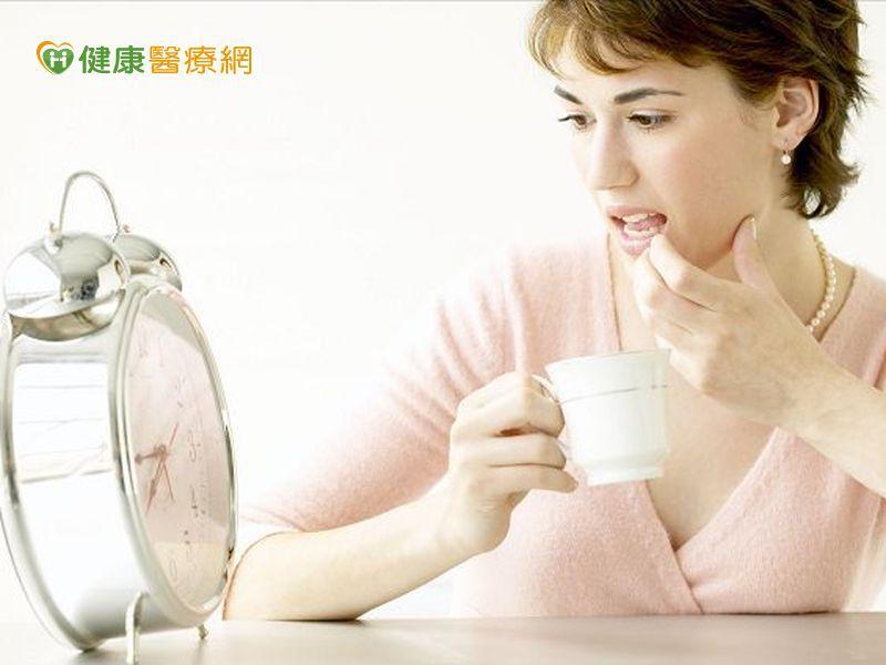 照時間、強制喝八杯水 小心水中毒!