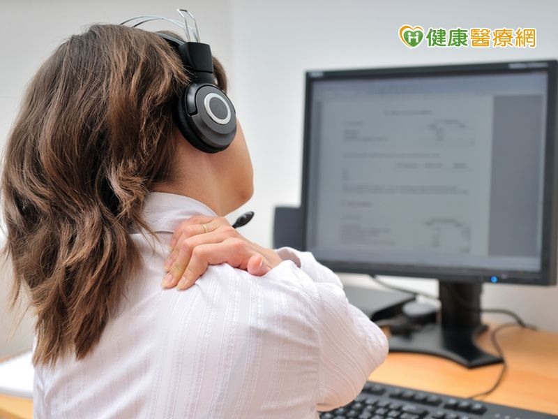 用3C肩頸痠痛 貼牆站立可舒緩