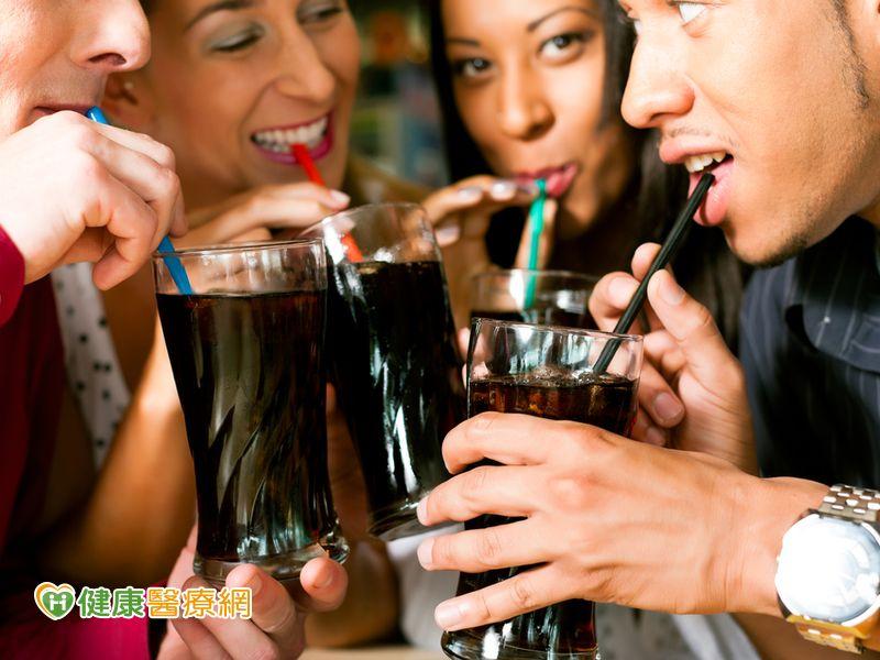 常喝含糖飲料 大腦容易提早老化